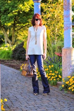 tan tunic Kal Rieman top - navy bootcut Hudson jeans - brown oryany bag