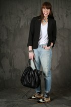 light blue boyfriend jeans Gap jeans - black hobo JustFab bag