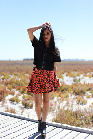 carrot orange geometric Seams Theory skirt - black platform Missguided boots