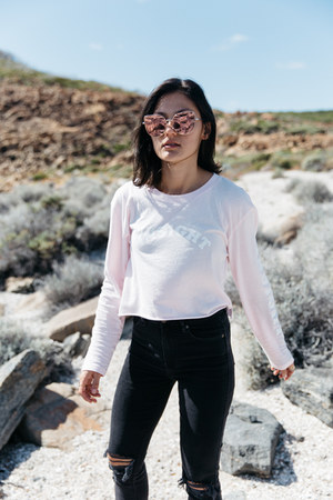 dark gray marilyn Neuw Denim jeans - bubble gum oversized pink zeroUV sunglasses