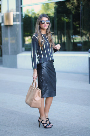 black stripes banana republic sweater - tan tote tory burch bag