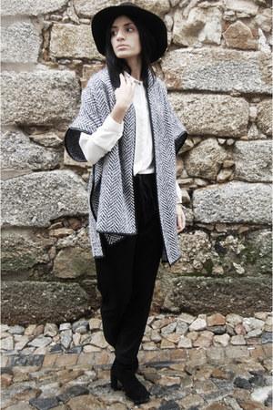 black Stradivarius boots - black Zara jeans - black Stradivarius hat
