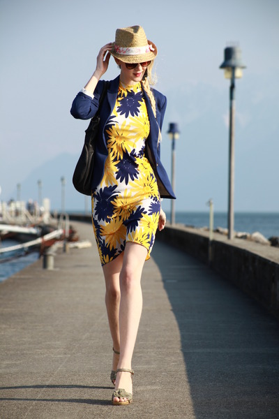 1970-floral-vintage-dress-zebra-hat-blue-h-m-blazer-iam-bag_400
