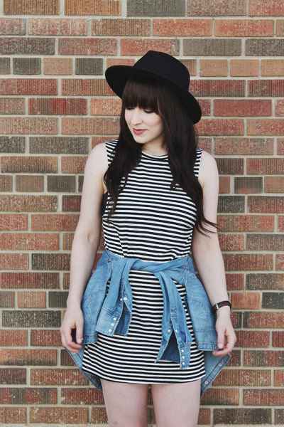 Black-striped-billabong-dress-black-wide-brim-brixton-hat