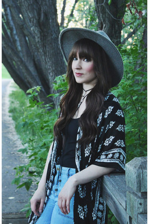 black kimono LoveStitch top - heather gray wide brim Goorin Brothers hat
