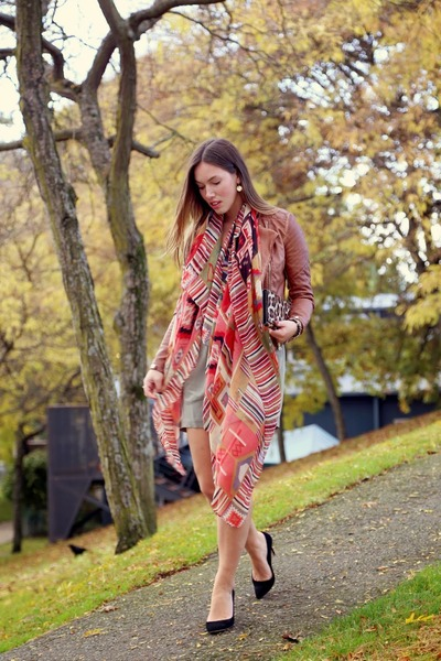 coral aztec Faryn Skye scarf - black heels JCrew shoes