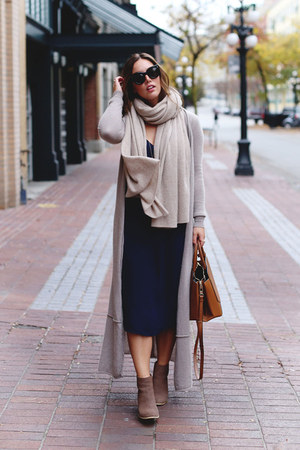 beige Subtle Luxury sweater - navy minimal Aritzia dress
