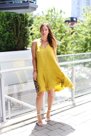gold flowy H&M dress - brown clutch Club Monaco bag