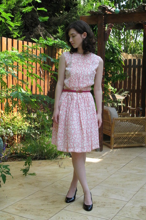 vintage belt - Secondhand dress - Urban Outfitters shoes