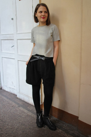 black Oggi shorts - silver flea market top