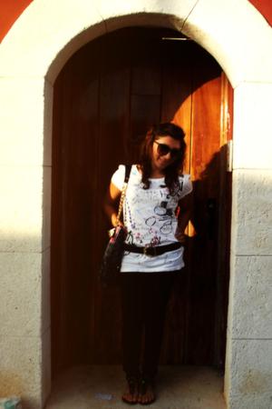 white Converse t-shirt - moms belt belt - black Nine West shoes - Bershka sungla