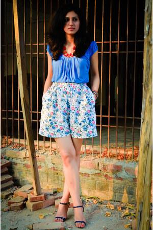 thrifted vintage shorts - Zara t-shirt - Marie Claire sandals - Aldo accessories