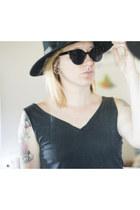 black winter hat unknown hat - black tank top tucci shirt