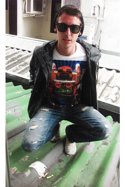 black jacket - white t-shirt - blue jeans - white shoes - black sunglasses - bla