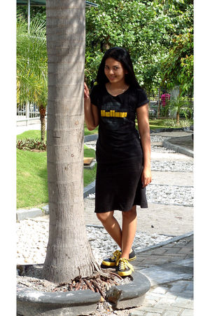 black yellow t-shirt - black unbranded skirt - black bill boy shoes