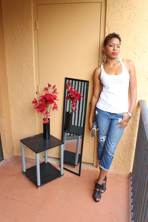 light blue jeans - white t-shirt - black heels