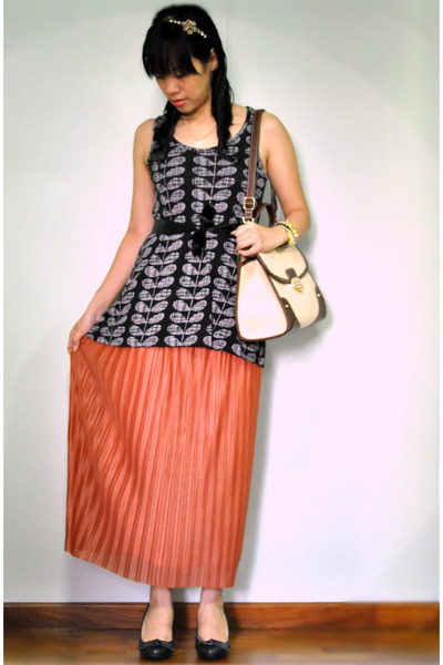 burnt orange pleated maxi MDS skirt - eggshell bag - black Payless wedges