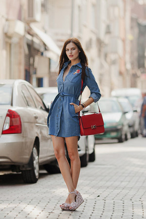 blue style moi dress - red Zara bag