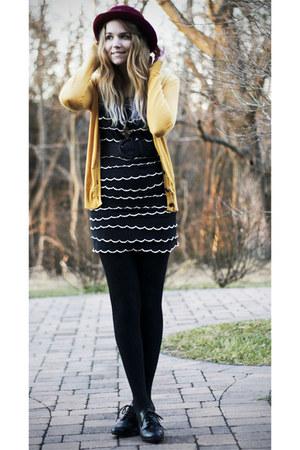 black vintage dress - crimson vintage hat - black Bass heels