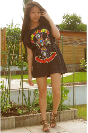 black t-shirt - brown shoes