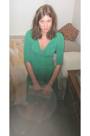 green vintage BCBGMAXAZRIA dress - tan straw H&M bag - nude Steve Madden pumps
