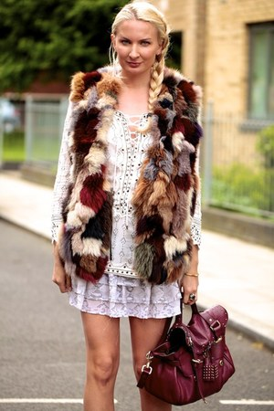 ruby red fur vintage vest - ruby red Mulberry bag - off white Bik Bok skirt