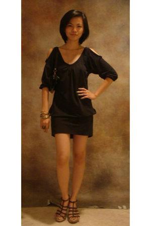 black dress - gold accessories