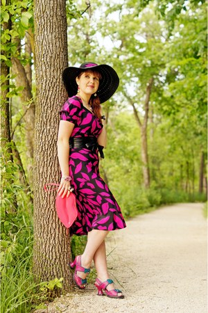 black sun hat le chateau hat - black silk lip print Diane Von Furstenberg dress