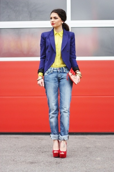 blue black blazer - jeans - yellow blouse - red pumps