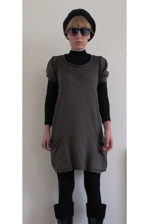 Rubber boots - vintage dress - SundayMorningSale ring