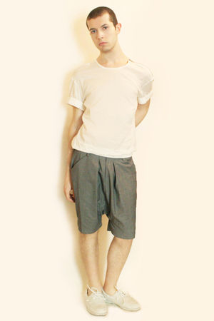 white H&M t-shirt - gray Deepstyle shorts - white H&M shoes