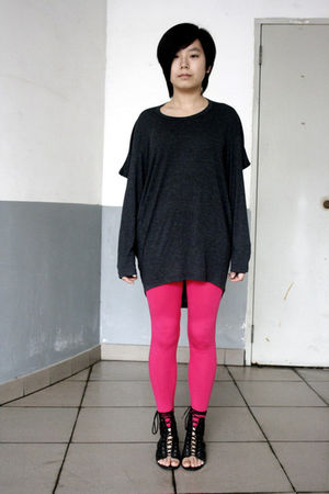gray chapel t-shirt - pink Urban Renewal leggings - black puzzle shoes