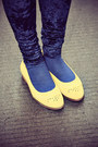 Yellow-hushpuppies-flats-navy-monki-leggings-white-shirt-black-sunglasses