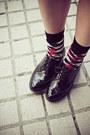 Black-sukiired-shorts-teal-pull-bear-shirt-red-izzue-socks