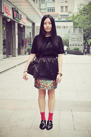 black Sukiired t-shirt - red CHOCOOLATE socks - black wingfree skirt