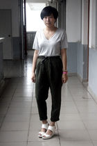 gray t-shirt - green Uniqlo pants - white H&M shoes