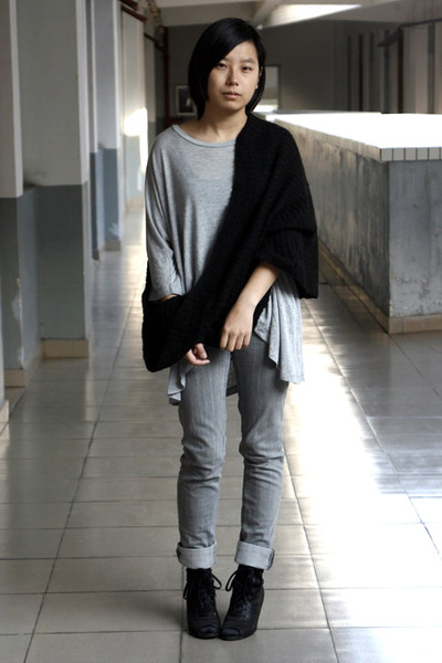 black H&M scarf - heather gray chapel t-shirt - heather gray Urban Renewal jeans