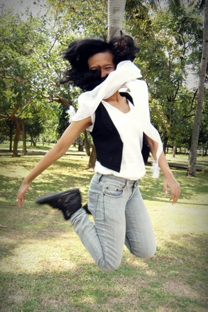 white silk Forever 21 scarf - periwinkle denim Levis jeans