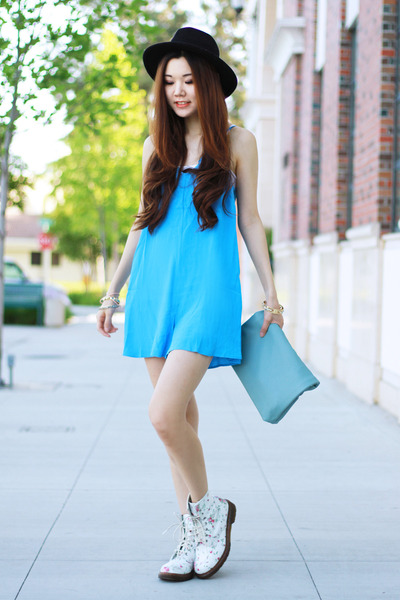 light blue leather Morphologie bag - white floral Dr Martens boots