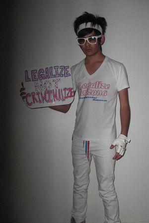 white Hanes t-shirt