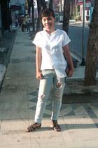 light blue ripped Guess pants - white cotton shirt - black vicari sandals