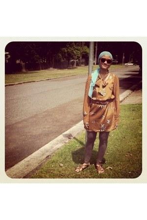 heather gray leggings - aquamarine scarf - crimson sunglasses - brown sandals