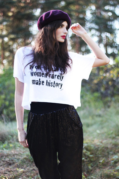 white cropped printed Avanna t-shirt - black Nelly shoes