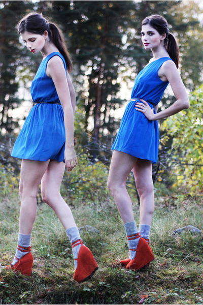 blue one-shoulder Love dress - heather gray knitted lindex socks