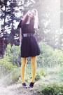 Black-monki-dress-mustard-lindex-tights-black-wide-lacquer-gina-tricot-belt-