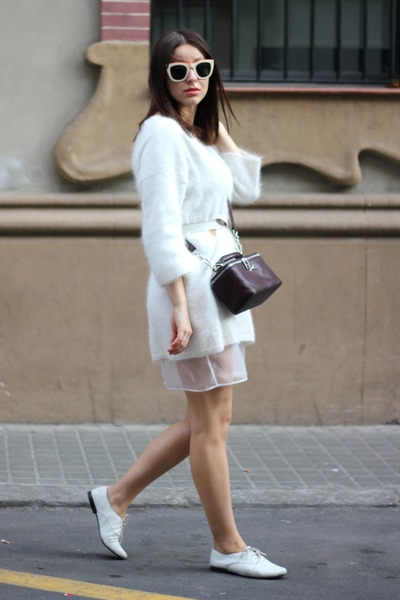 white vagabond shoes - white H&M sweater - crimson Bimba & Lola bag