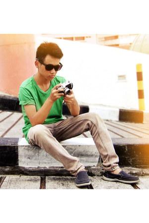 navy Nevada shoes - dark khaki jeans - chartreuse giordano t-shirt