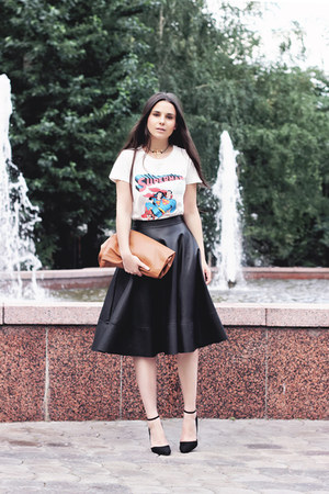 black midi Bershka skirt - white Uniqlo t-shirt