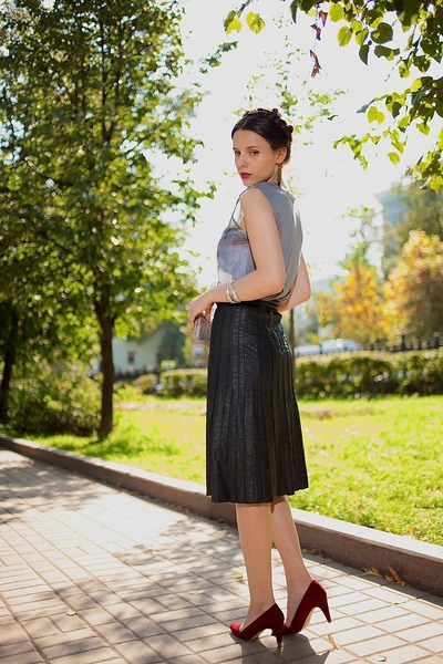 black leather River Island skirt - charcoal gray wolf print Topshop top