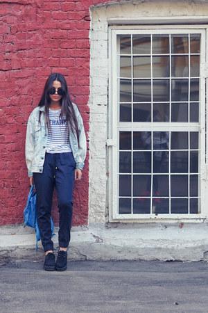 blue fjallraven bag - navy jogger H&M pants